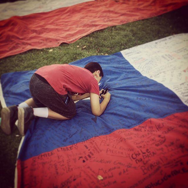 Benja dejando su estampa en la bandera chilena, bandera que luego estará en el museo de la memoria ️