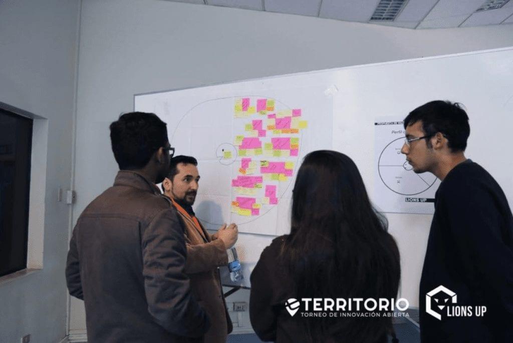 Juan Carlos enseñando metodología Design Thinking en Universidad de Santiago